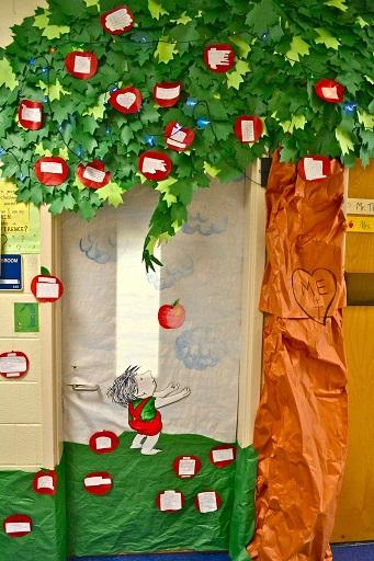 giving-apple-tree-door-decoration