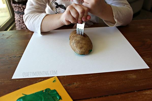 potato-christmas-stamping-craft-for-kids