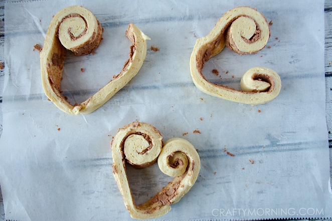heart-shape-cinnamon-rolls-valentines